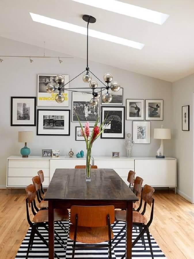 armário buffet para sala de jantar decorada com tapete listrado preto e branco  Foto Houzz
