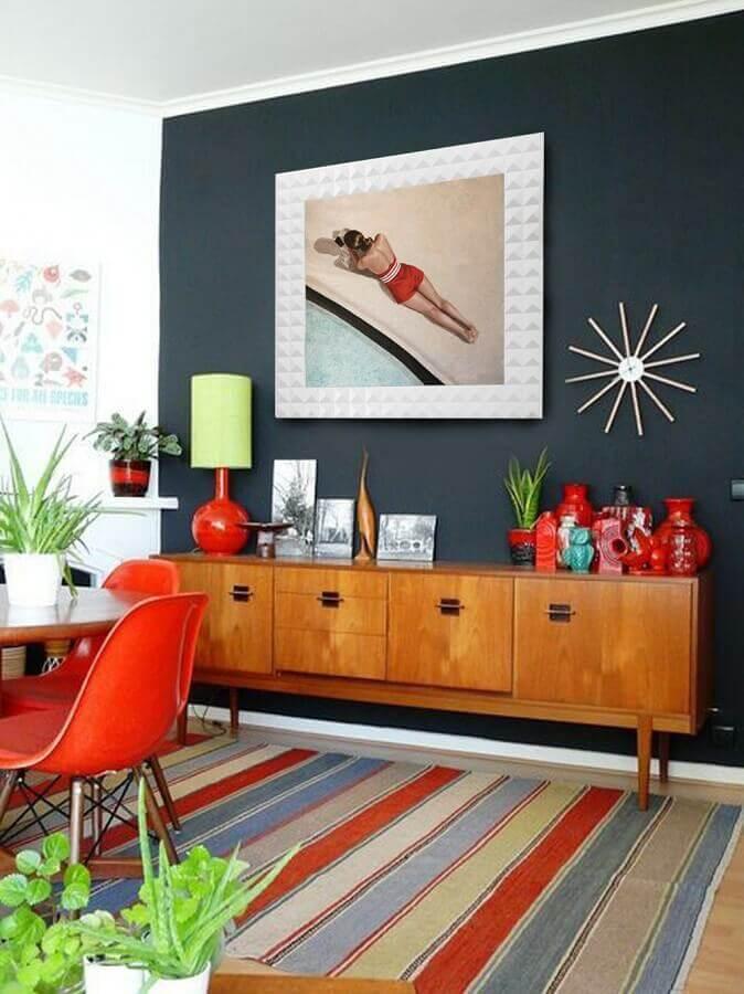 armário buffet para sala de jantar decorada com tapete listrado colorido Foto Pinterest
