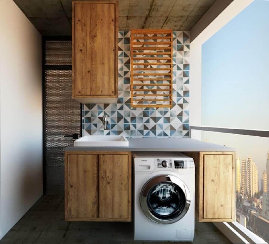 armários de madeira para lavanderia decorada com revestimento geométrico Foto Patrícia Alvarenga