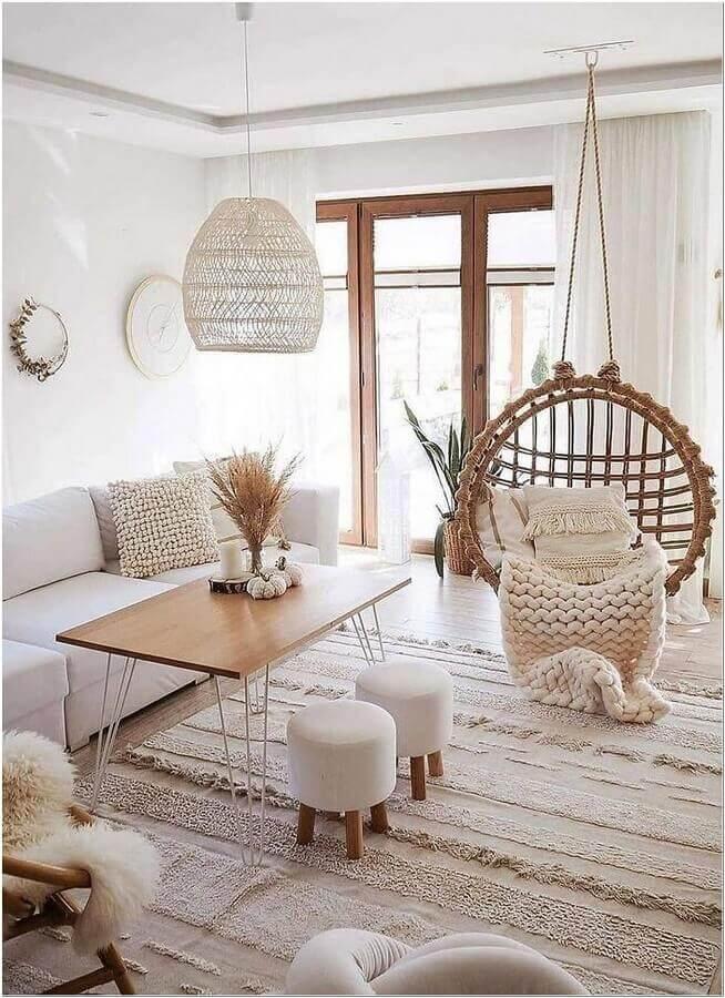 balanço suspenso e luminária decorativa para sala de estar decorada com estilo escandinavo Foto Apartment Therapy