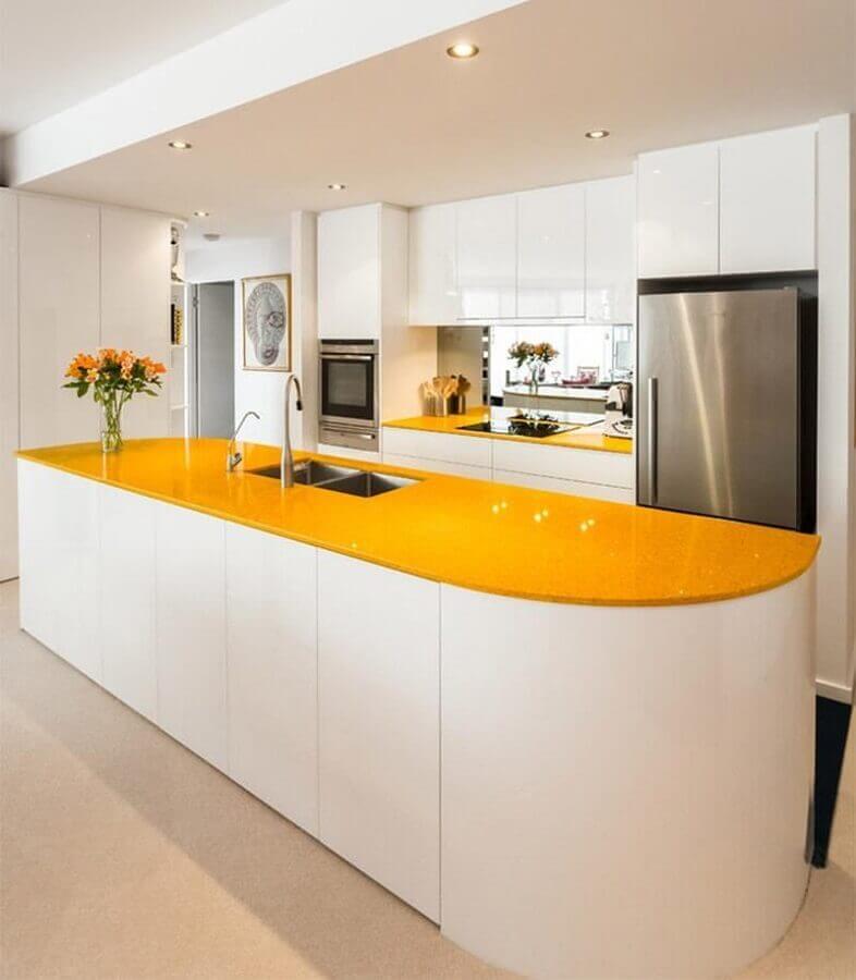 bancada amarela planejada com pia para ilha de cozinha planejada branca  Foto Pinterest