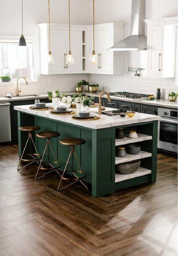 bancada de mármore para ilha de cozinha clássica decorada em branco e verde escuro  Foto Build with Ferguson