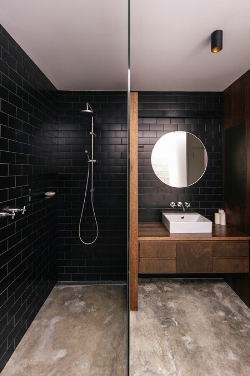 banheiro amadeirado decorado com revestimento tijolinho preto Foto Architecture AU