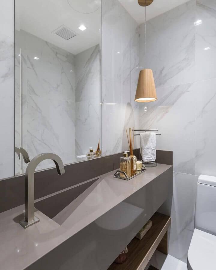 banheiro cinza moderno decorado com luminária decorativa de teto de madeira Foto Braccini + Lima Arquitetura