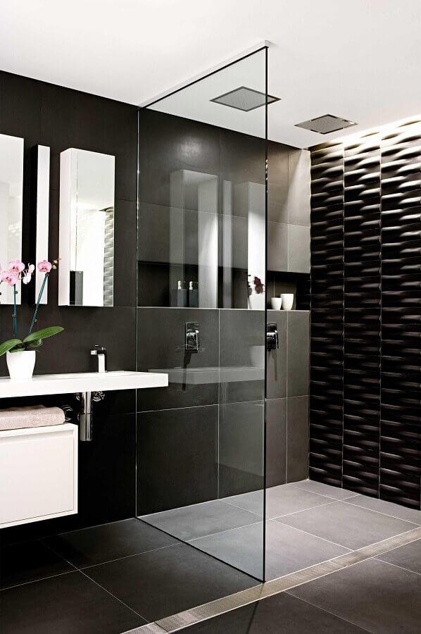 banheiro moderno decorado com revestimento 3D preto na área do box Foto Apartment Therapy