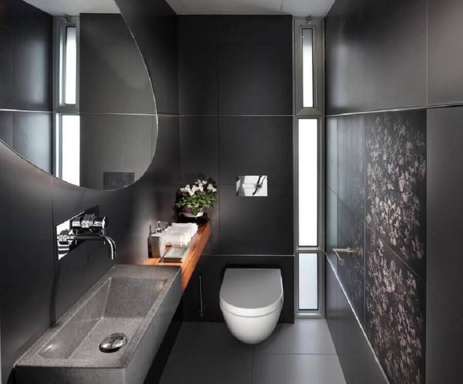 banheiro moderno decorado com revestimento preto fosco e espelho redondo Foto Ideias Decoração