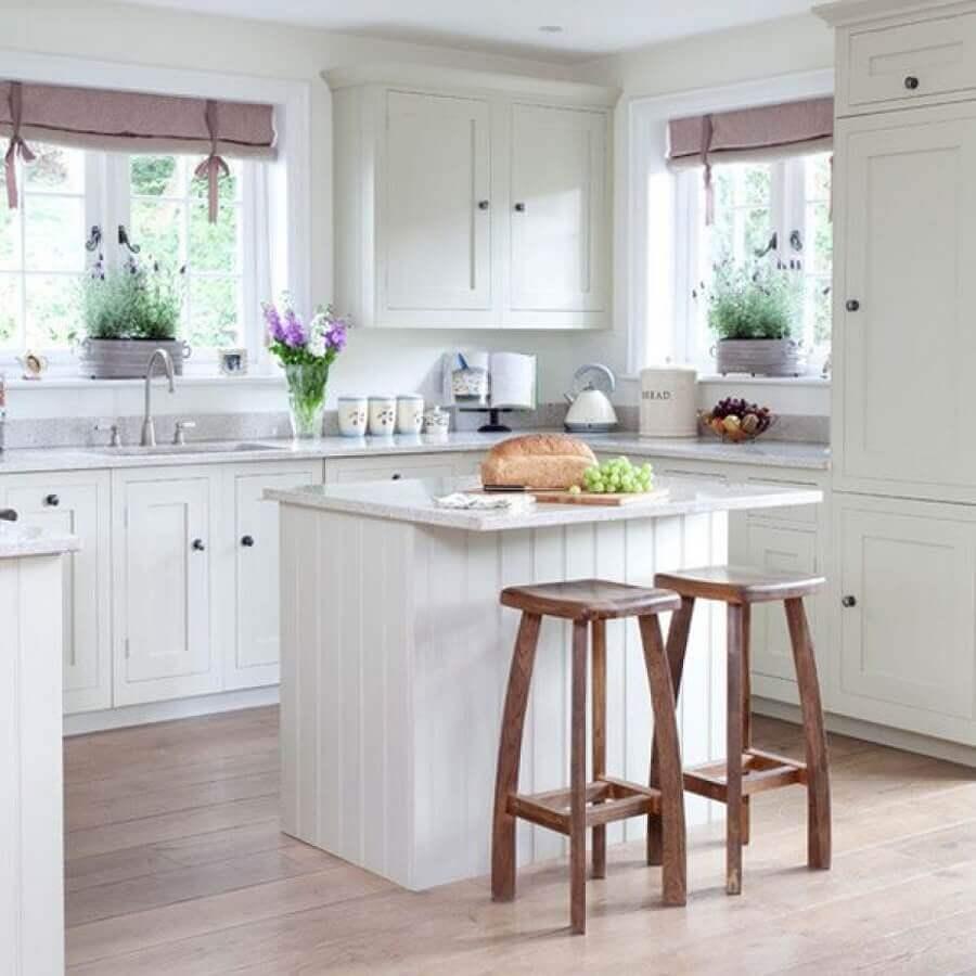 banquetas de madeira para ilha de cozinha pequena decorada toda branca Foto Pinterest