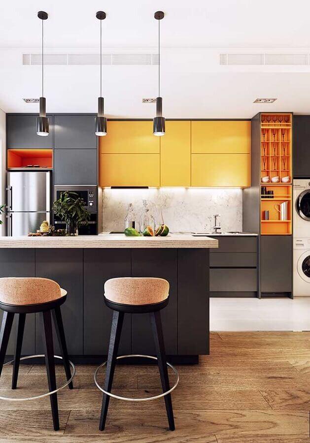 banquetas para ilha de cozinha cinza e amarela com decoração moderna Foto Futurist Architecture