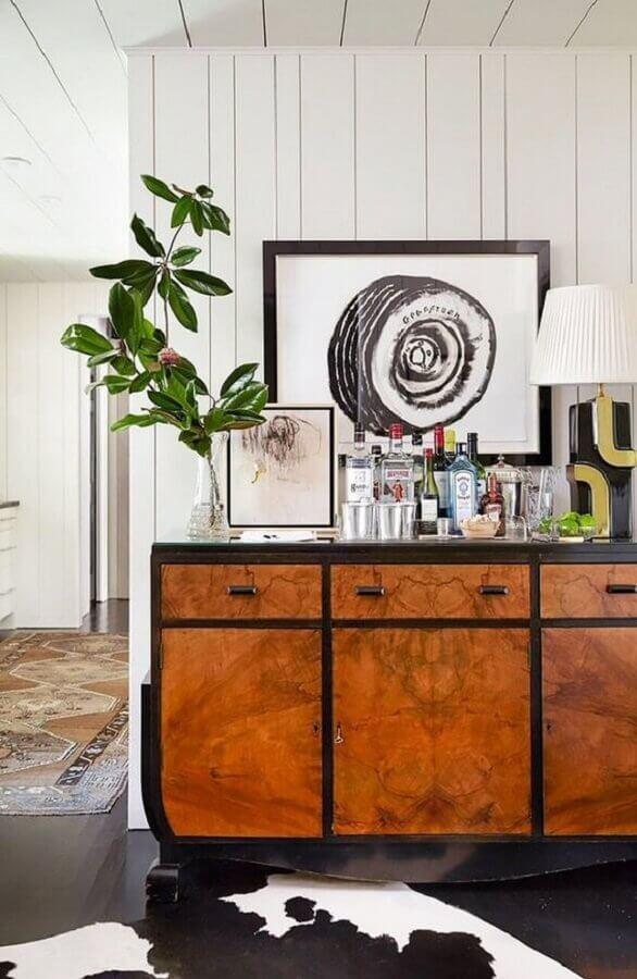 barzinho para decoração de armário buffet de madeira Foto PopSugar Home