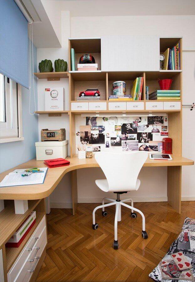 cadeira giratória branca para decoração de escrivaninha para estudo em L Foto HGTV