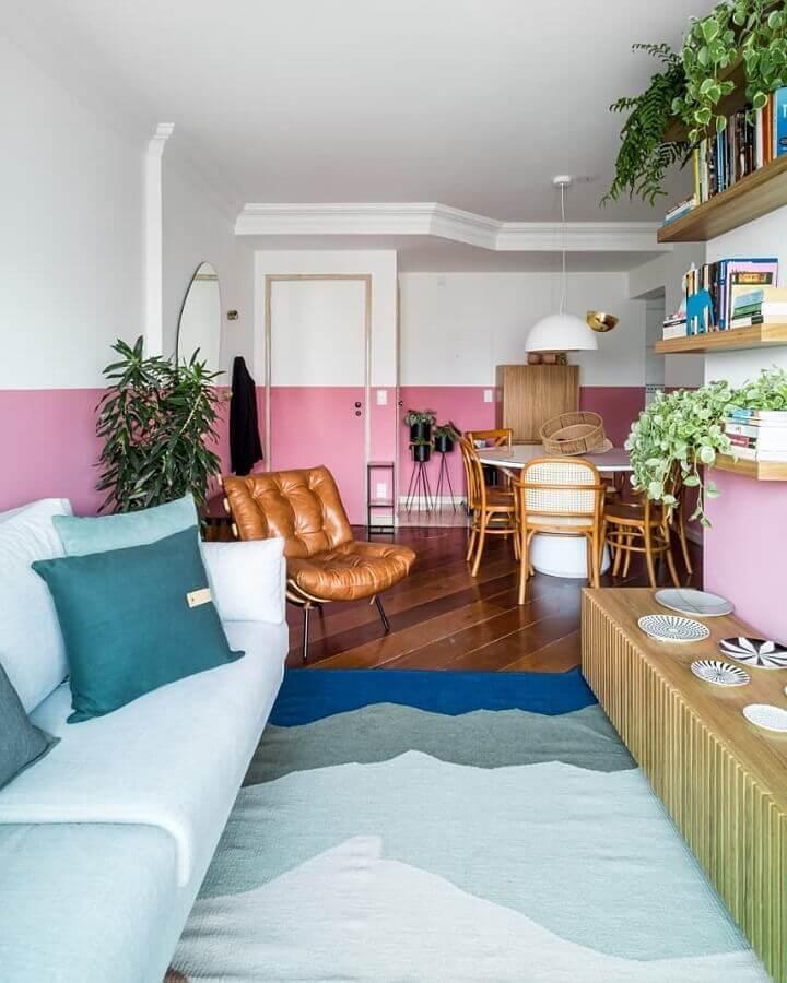 casa conceito aberto decorada com pintura meia parede rosa e branca Foto Jeito de Casa