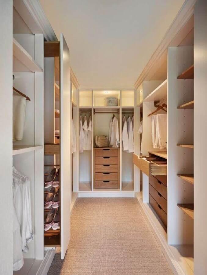 closet planejado casal decorado em cores claras Foto Behance