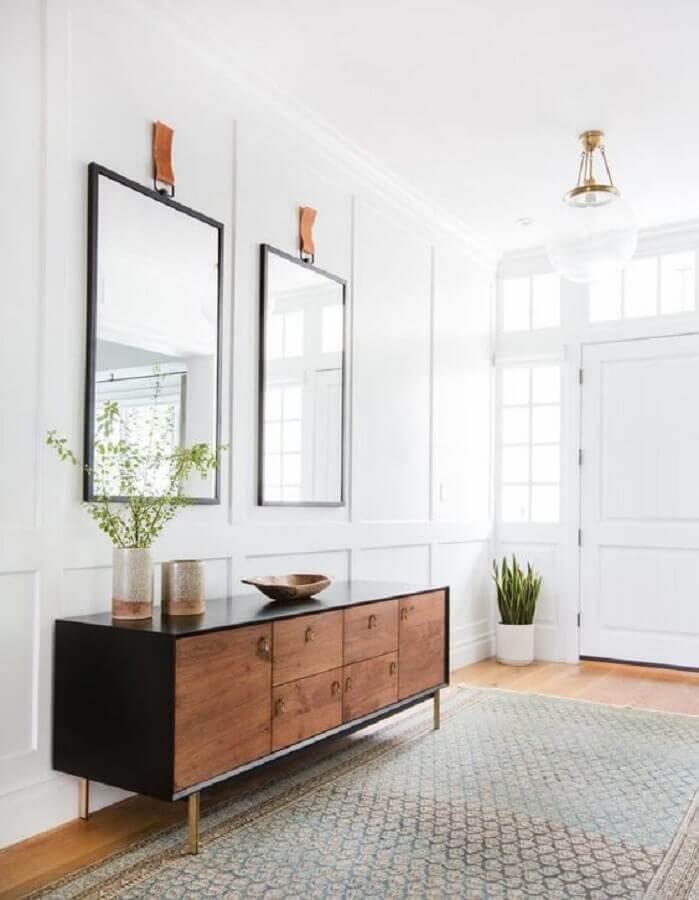 corredor branco decorado com armário buffet Foto Apartment Therapy