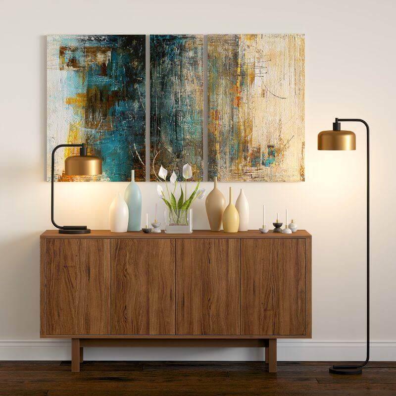 corredor decorado com luminária de piso e armário buffet de madeira Foto Overstock