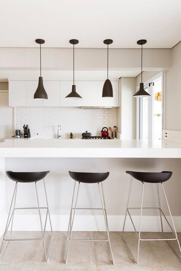 cozinha branca decorada com luminárias decorativas pretas Foto Apartment Therapy