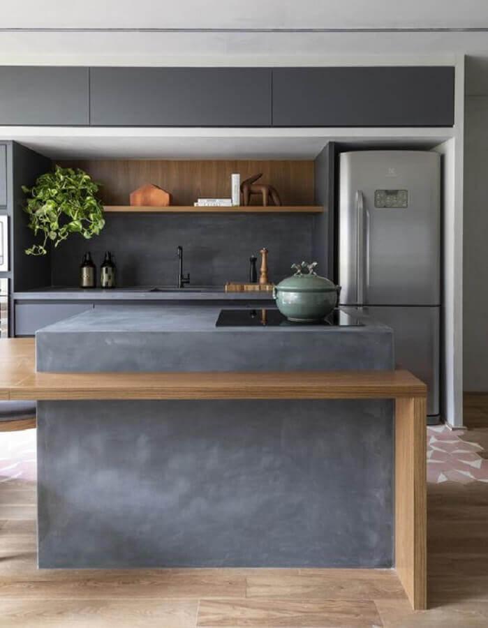 cozinha cinza moderna decorada com ilha de concreto com cooktop e bancada de madeira  Foto Archdaily