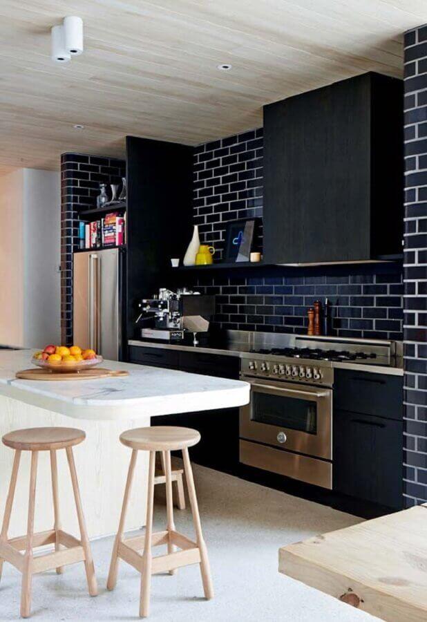 cozinha com ilha branca decorada com revestimento tijolinho preto Foto Ideias Decor