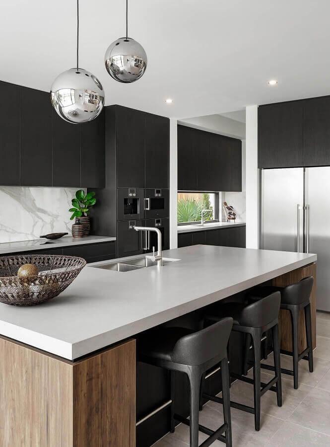 cozinha preta e branca decorada com ilha de cozinha com pia  Foto Carlin Zaly
