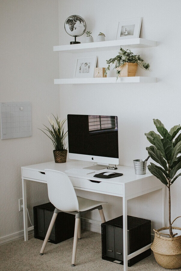 decoração clean com escrivaninha para estudante branca  Foto Pinterest