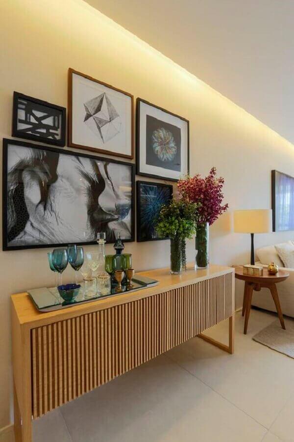 decoração com armário buffet de madeira e quadros de parede  Foto Jeito de Casa
