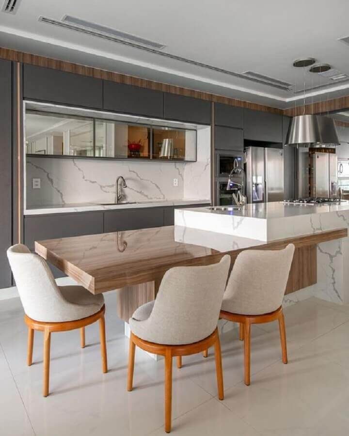 decoração com armário cinza planejado e ilha de mármore para cozinha com mesa de madeira  Foto Decor Salteado