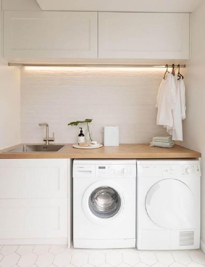 decoração com bancada de madeira e móveis planejados para lavanderia pequena Foto Casa Casada