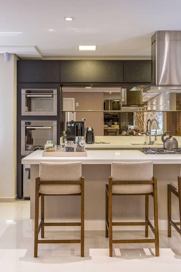 decoração com banquetas para ilha de cozinha com cooktop Foto Homify