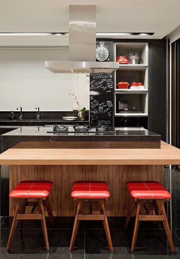 decoração com banquetas para ilha de cozinha de madeira com cooktop  Foto Casa de Valentina