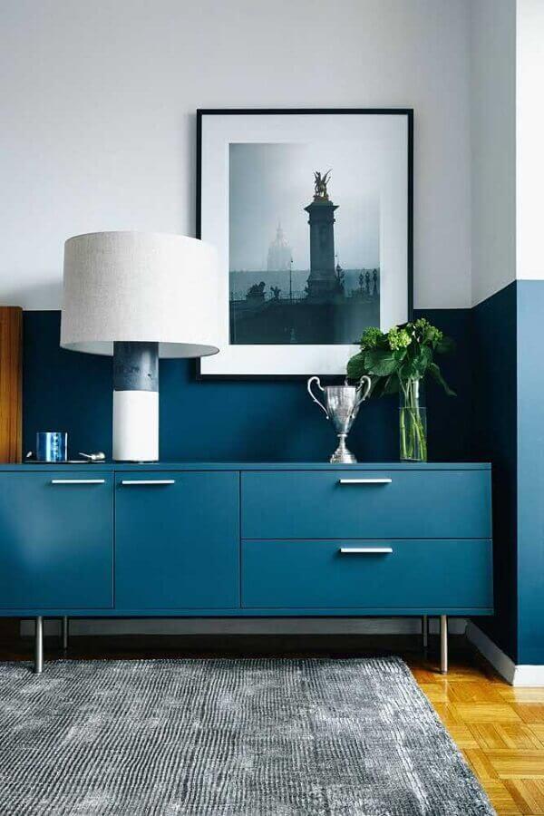 decoração com buffet e meia parede azul Foto Jeito de Casa