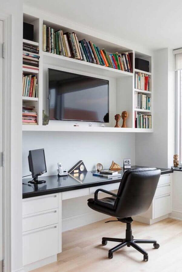 decoração com cadeira preta e escrivaninha para estudo planejada com gavetas Foto Pinterest
