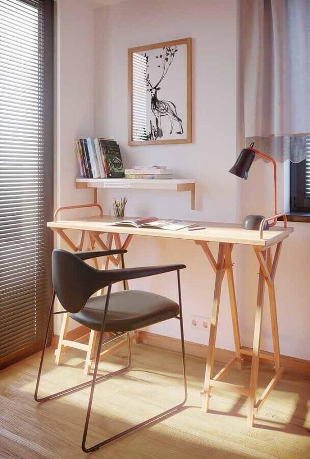 decoração com cadeira preta moderna e escrivaninha para estudo de madeira Foto Archdaily