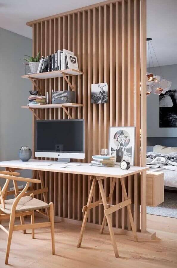decoração com divisória de madeira e escrivaninha para estudo com cavaletes Foto Architecture Art Designs