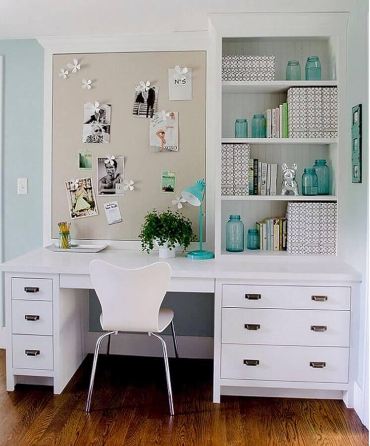 decoração com escrivaninha para estudo com gavetas e nichos planejados Foto Architectural Digest