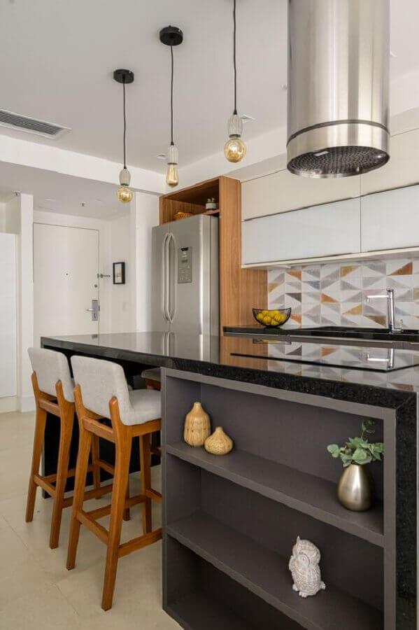 decoração com ilha de cozinha com cooktop e prateleiras  Foto Muito Mais Arquitetura