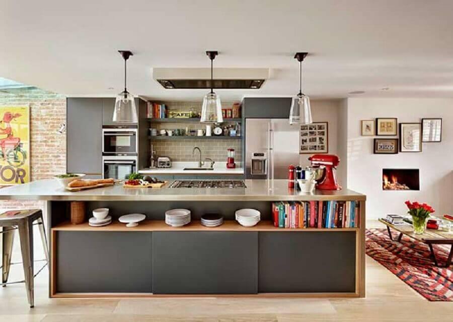 decoração com ilha de cozinha planejada com cooktop e nicho para livros  Foto Pinterest