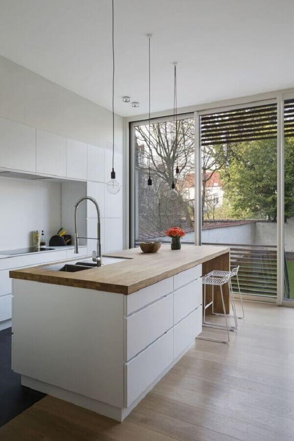 decoração com ilha de madeira para cozinha branca planejada Foto Studio Colnaghi
