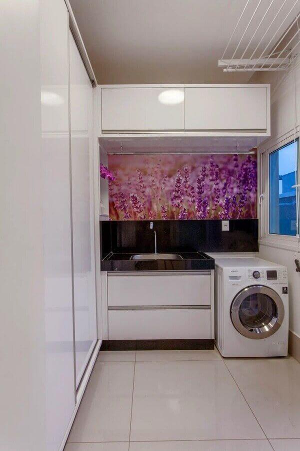 decoração com móveis planejados para lavanderia branca Foto Iara Kilaris