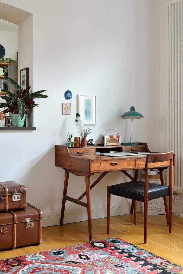 decoração com modelo antigo de escrivaninha para estudo de madeira Foto Jeito de Casa