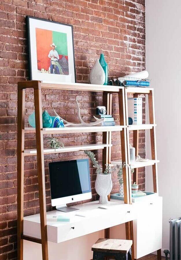 decoração com parede de tijolinho e escrivaninha para estudo com prateleiras e gavetas Foto Pinterest