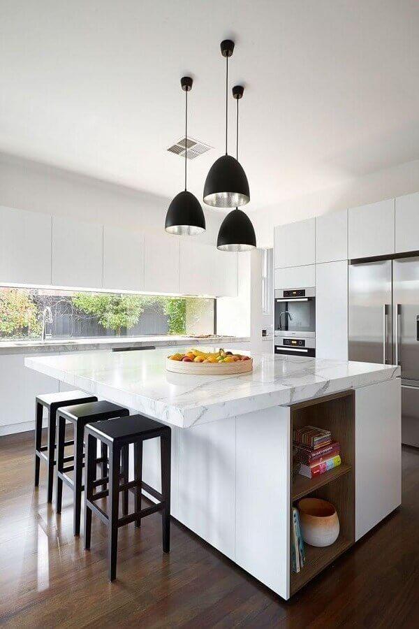 decoração com pendentes para ilha de cozinha branca com bancada de mármore Foto Houzz