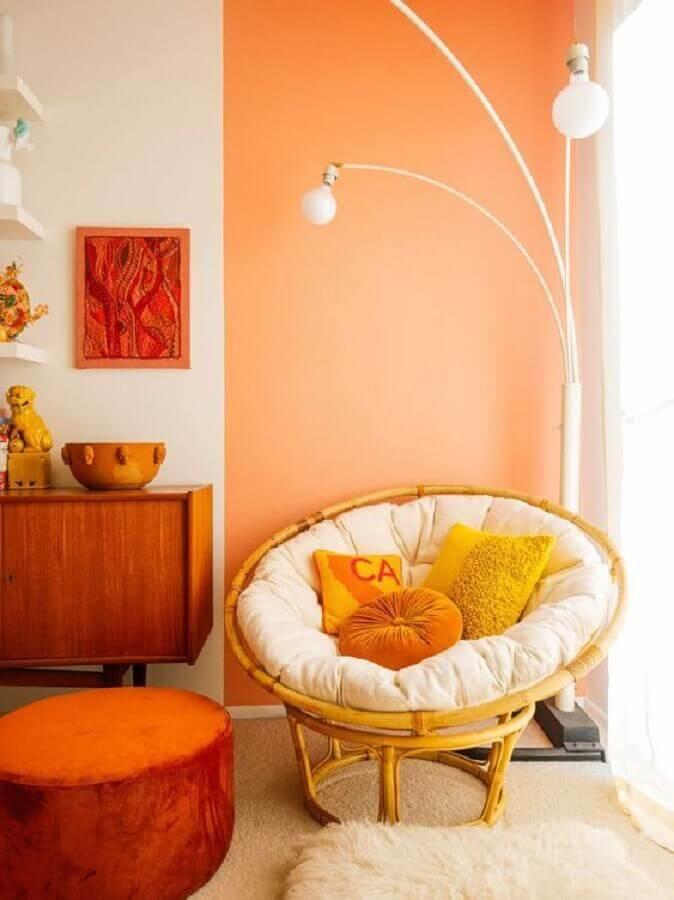 decoração com poltrona de vime e meia parede na vertical laranja Foto Pinterest