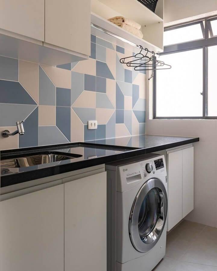 decoração com revestimento geométrico e móveis para lavanderia pequena planejada Foto Histórias de Casa