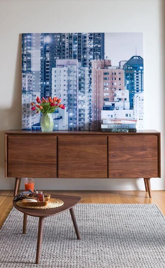 decoração de armário buffet com quadro grande e vaso de vidro  Foto Article