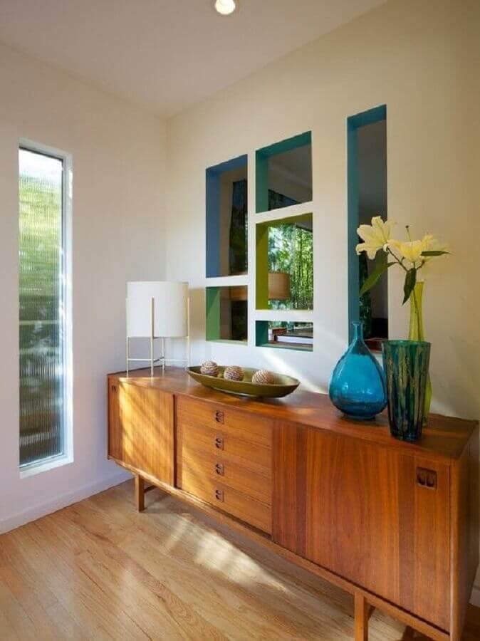 decoração de armário buffet de madeira com vaso azul Foto Pinterest