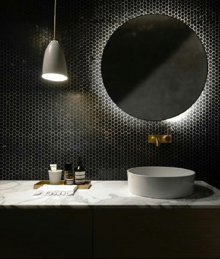 decoração de banheiro com revestimento preto e espelho redondo Foto Futurist Architecture