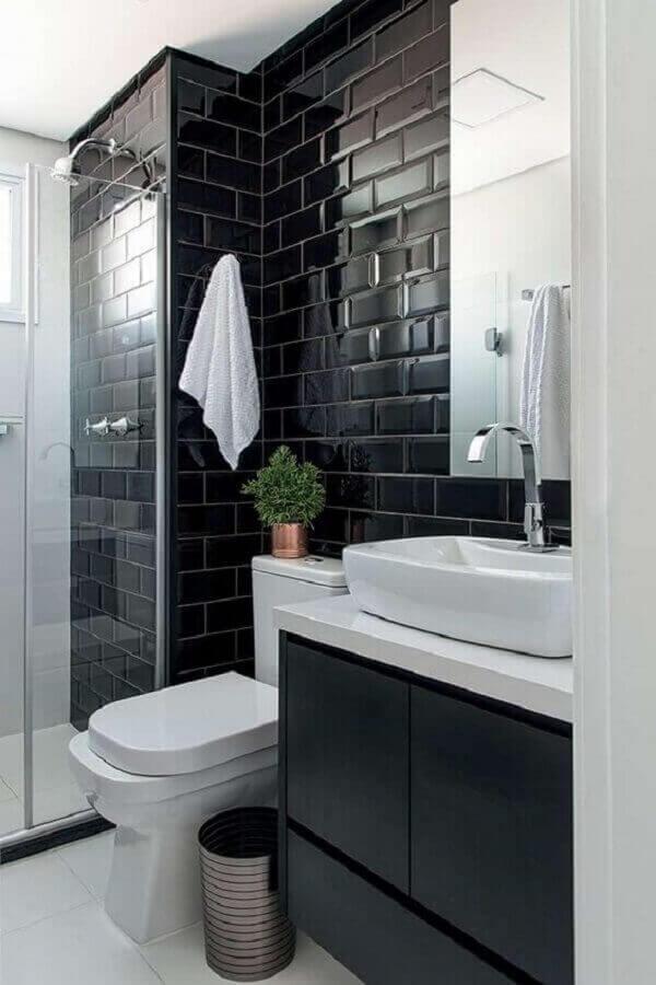 decoração de banheiro com revestimento preto e gabinete suspenso Foto Minha Casa