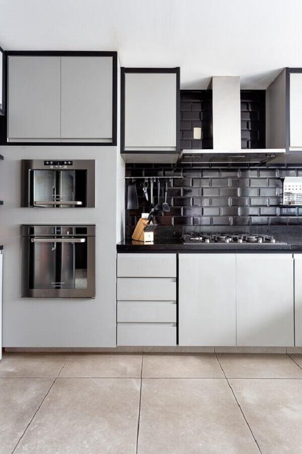 decoração de cozinha branca com revestimento tijolinho preto Foto Duas Arquitetura