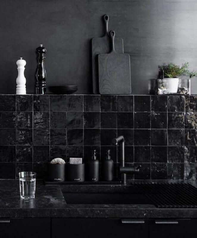 decoração de cozinha com revestimento preto Foto Pinterest