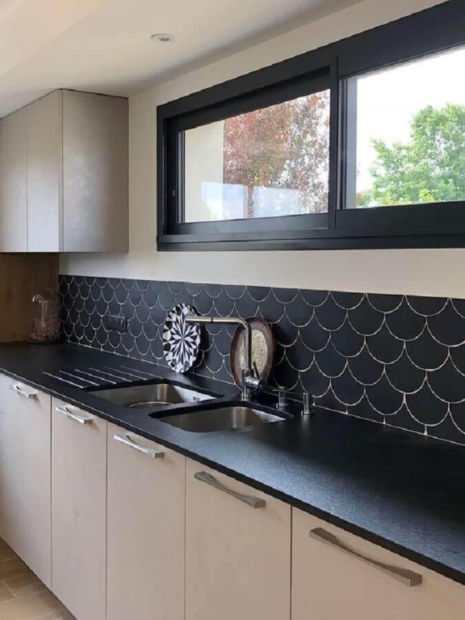 decoração de cozinha com revestimento preto fosco arredondado Foto Pinterest