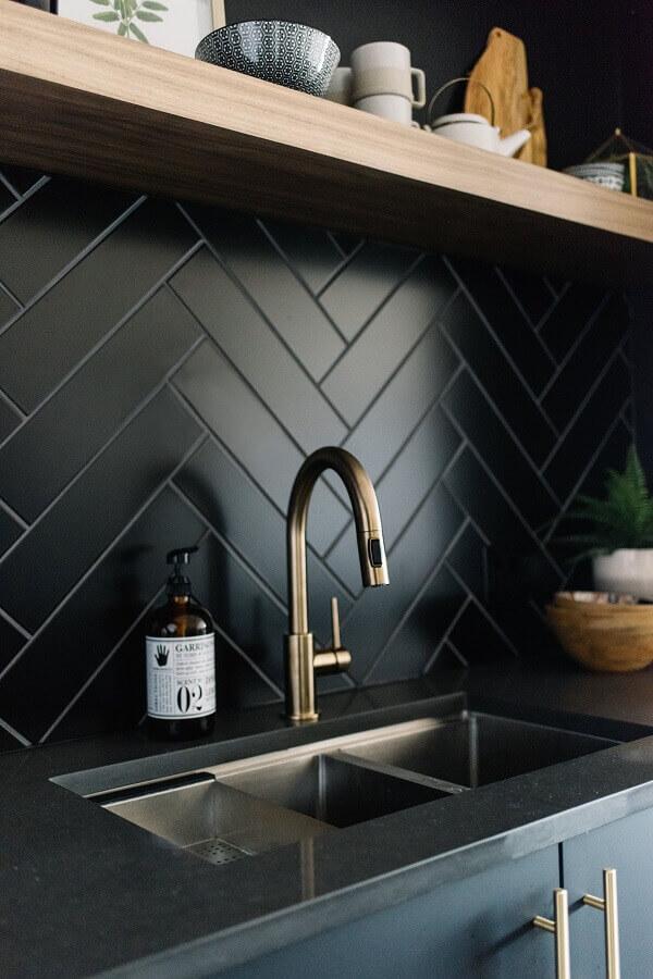 decoração de cozinha planejada com revestimento preto fosco Foto Pinterest